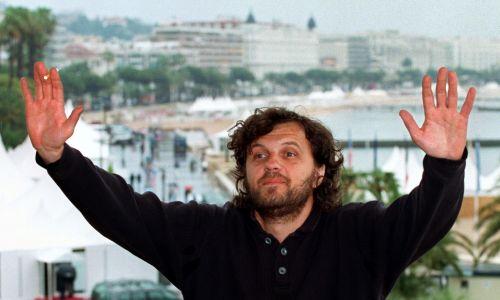 Serbski reżyser Emir Kusturica w Cannes, w trakcie 48. Festiwalu Filmowego (1995). Fot. Reuters/John Schults