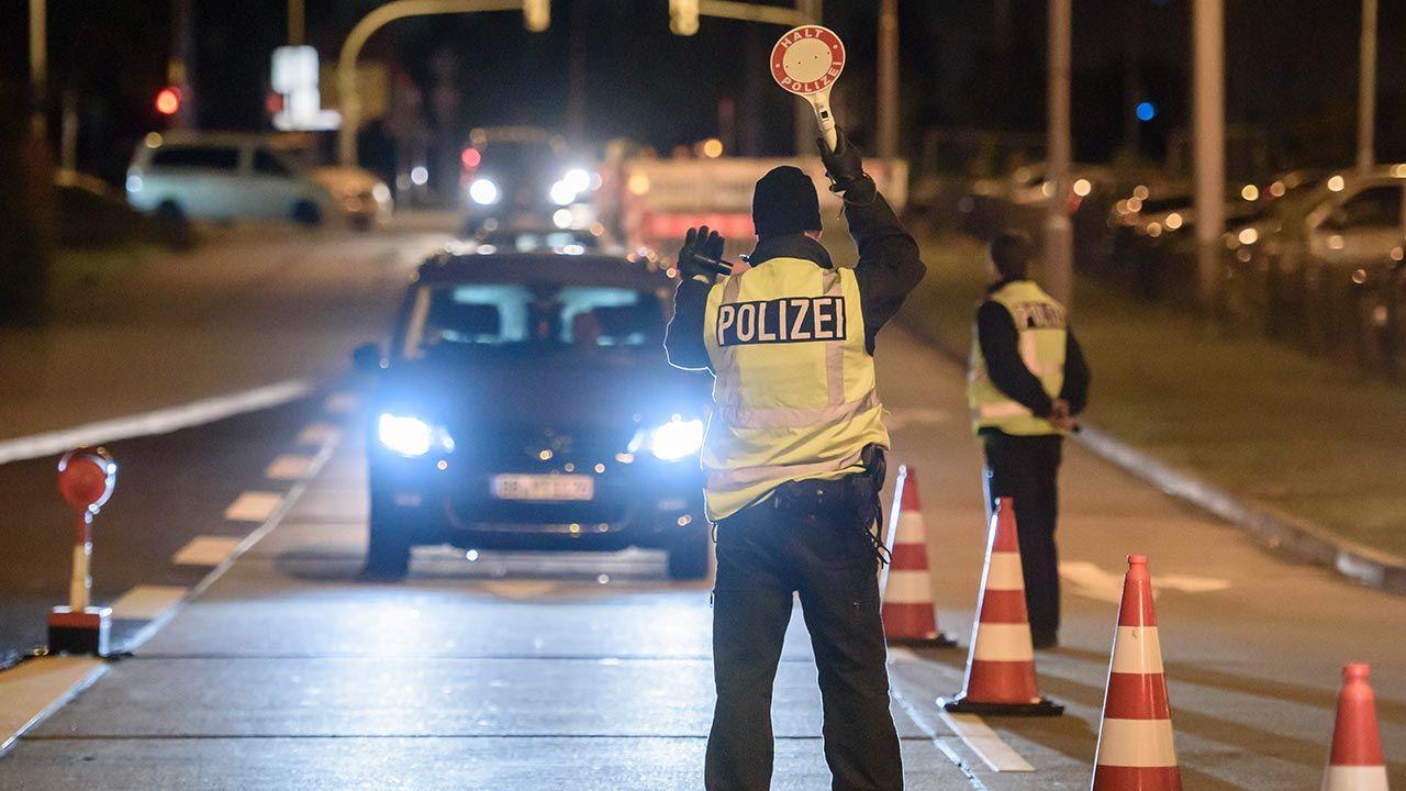 Decyzja obejmuje m.in. możliwość wprowadzenia godziny policyjnej (fot. Clemens Bilan/Getty Images)