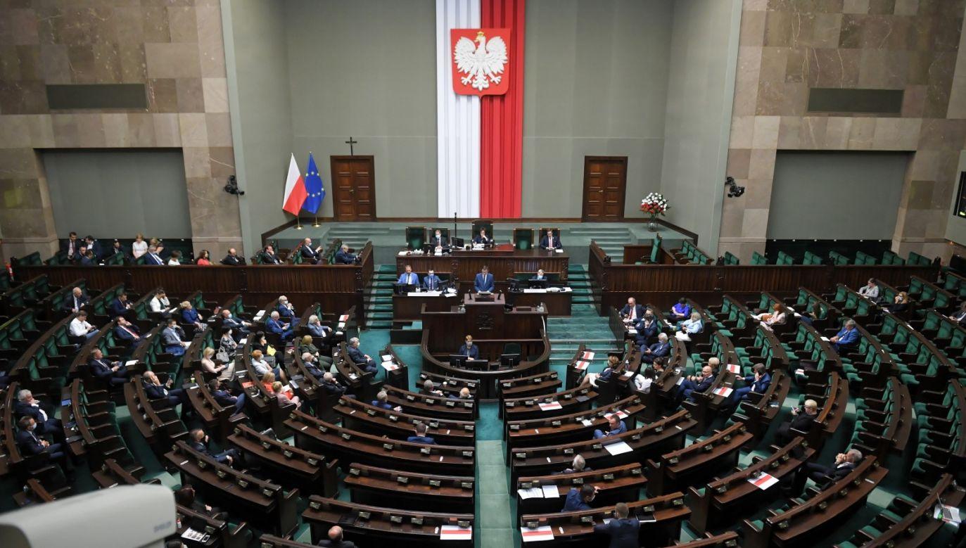 Za przyjęciem nowelizacji obejmującej podwyżki głosowało 386 posłów (fot. PAP/Radek Pietruszka)
