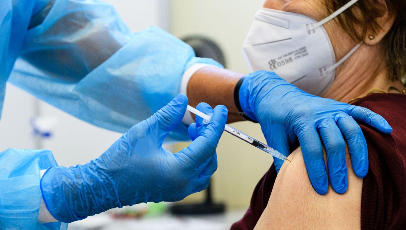 Dawka przypominająca podawana jest osobom zaszczepionym (fot. J.Schlueter/Getty Images)