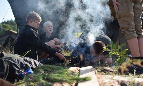 Niektórzy harcerze ziemniaki obierają pierwszy raz w życiu właśnie na obozie, to tu po raz pierwszy kroją pomidora. Fot. Biuro prasowe ZHR