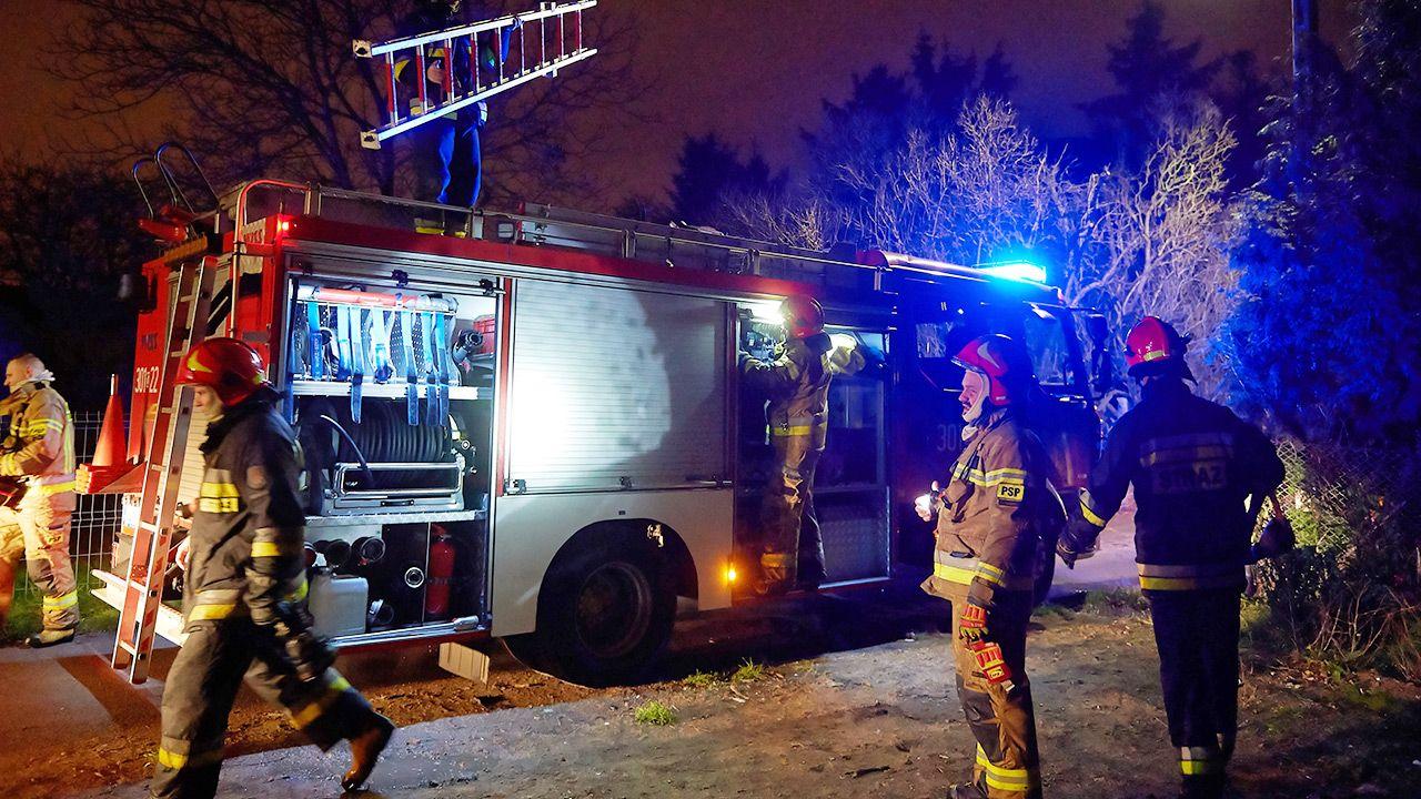 Na miejscu pracuje 17 zastępów straży pożarnej (fot. arch. PAP/Adam Warżawa; zdjęcie ilustracyjne)