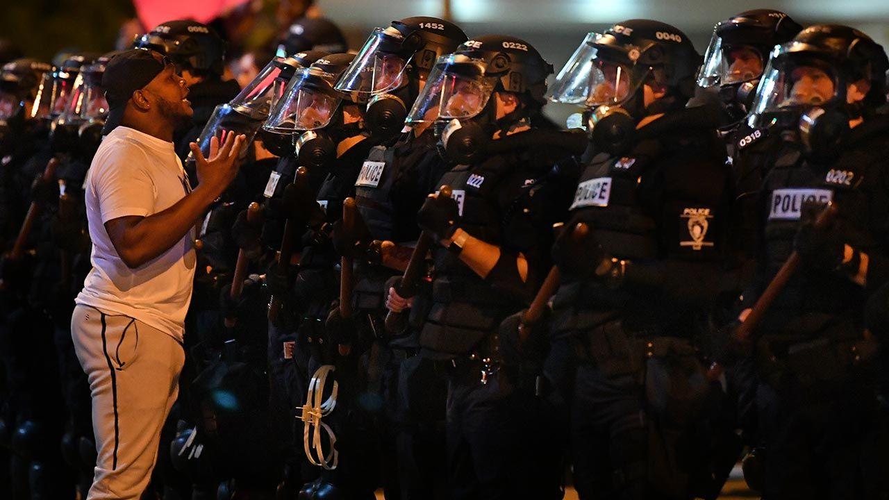 a miejsce przyjechało 20 radiowozów policji, a także strażacy i służby medyczne (fot.  Peter Zay/Anadolu Agency via Getty Images)
