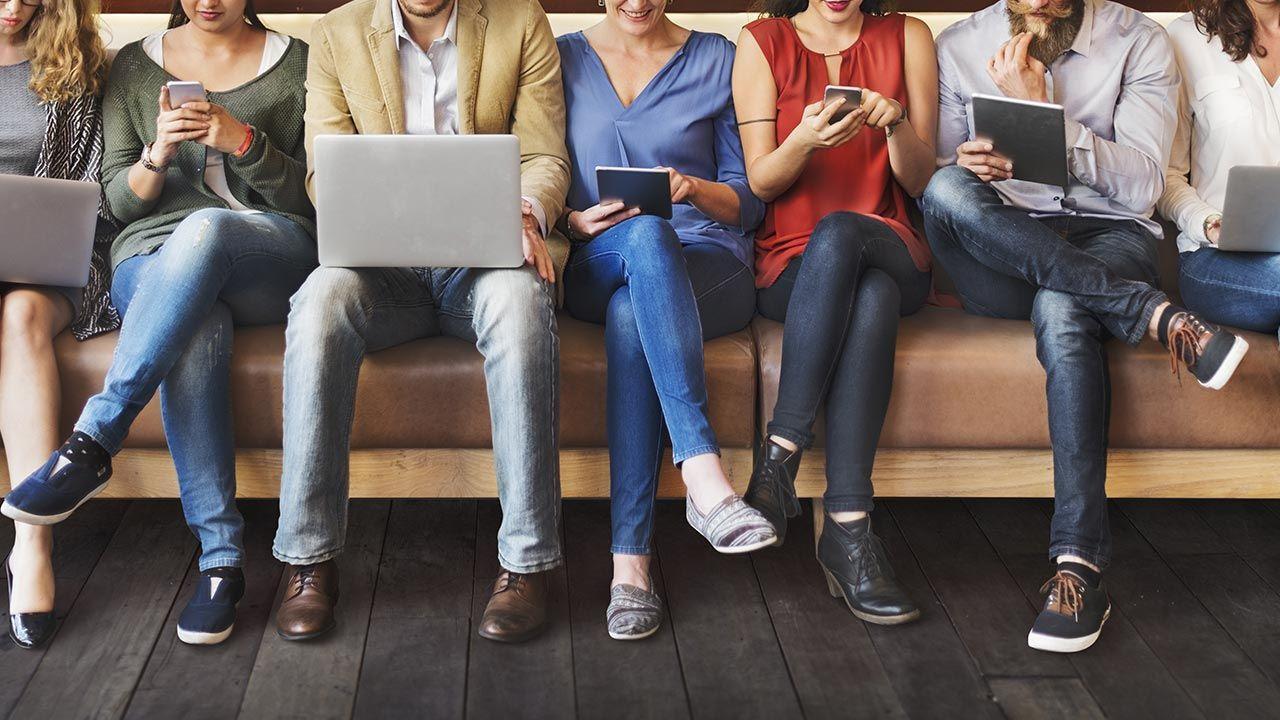 W ciągu roku Polacy spędzają w sumie 159 dni przy komputerze, telewizorze czy smartfonie (fot. Shutterstock/Rawpixel.com)