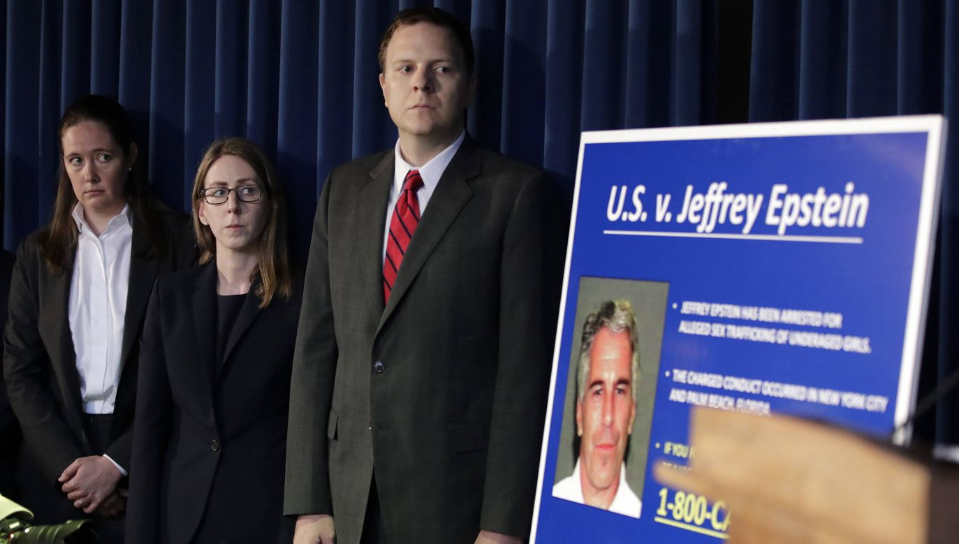 W sprawie śmierci miliardera Jeffrey'a Epsteina toczą się dwa śledztwa (fot. PAP/EPA/JASON SZENES)