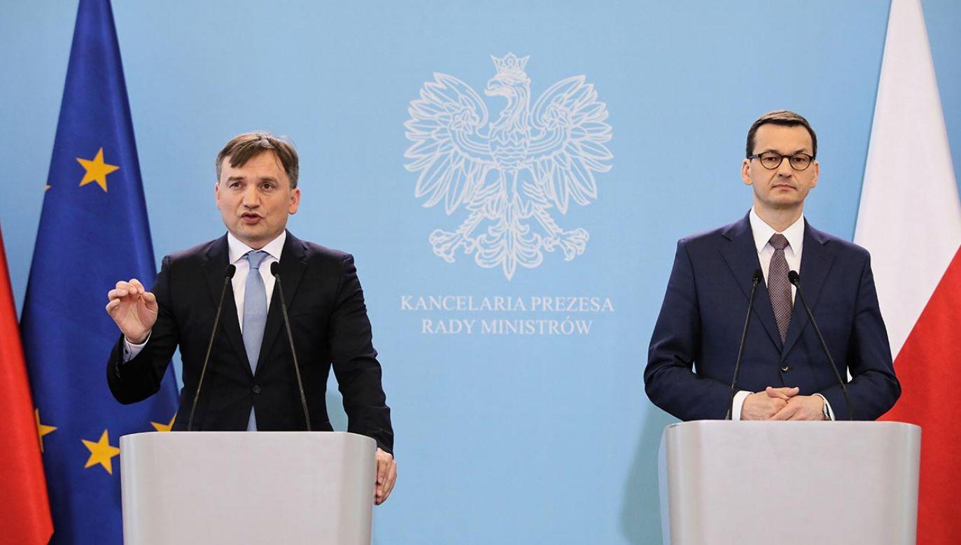 Zbigniew Ziobro (L) i premier Mateusz Morawiecki (fot. PAP/Leszek Szymański)