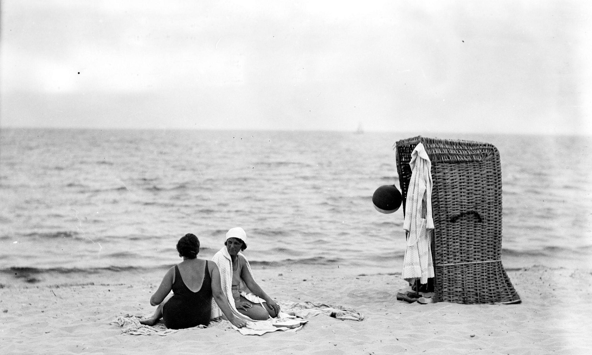 Zaraz po odzyskaniu niepodległości Polska miała dostęp do niedużego kawałka Morza Bałtyckiego, ale uznawano to za coś wielkiego. Wszyscy się z tego cieszyli i podchodzili do morza z ogromnym entuzjazmem. Wakacje nad polskim morzem stały się obowiązkowym punktem programu dla wielu Polaków. Tu: Karwia, lipiec 1932 roku. Wczasowicze podczas wypoczynku przy wiklinowym koszu plażowym. Fot. NAC/Koncern Ilustrowany Kurier Codzienny, sygn. 1-U-2019-2