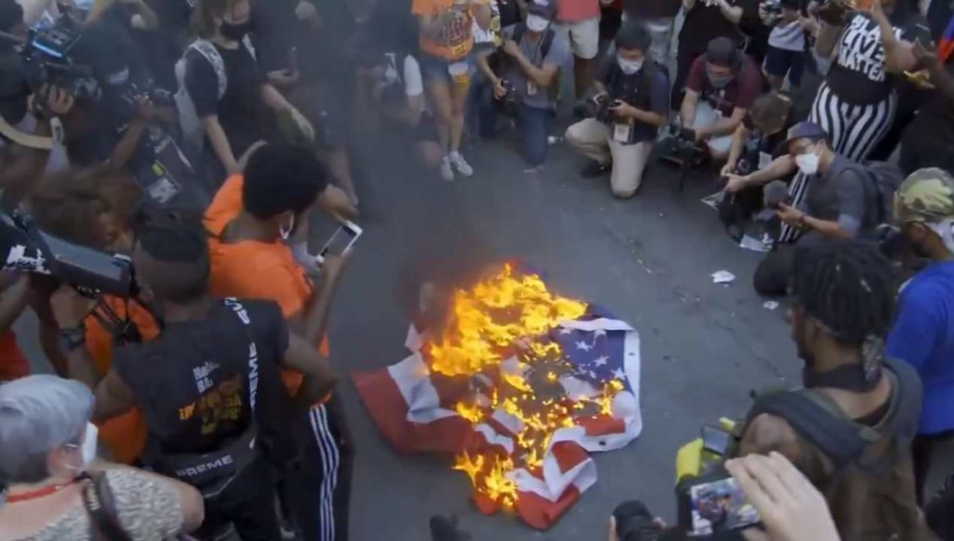 Demonstranci podpalali flagi USA w pobliżu wieżowca Trump Tower w centrum Manhattanu  (fot. źródło: Twitter/@thehill)