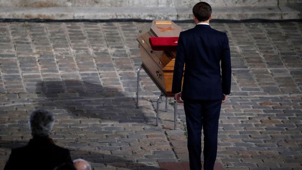 Macron pośmiertnie odznaczył Paty'ego krzyżem kawalera Legii Honorowej oraz orderem Palm Akademickich (fot. Reuters/Pool New)