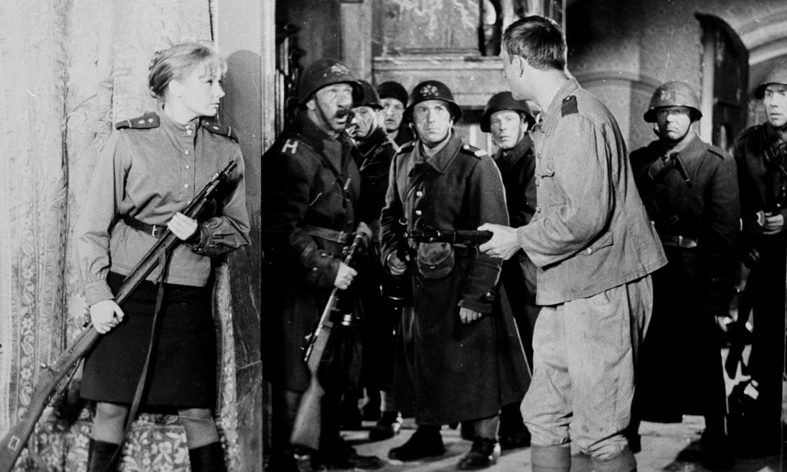 """Film """"Gdzie jest generał"""", 1963 rok, reż. Tadeusz Chmielewski. Na zdjęciu Elżbieta Czyżewska i m.in. Jerzy Turek. Fot. TVP/ PAT"""