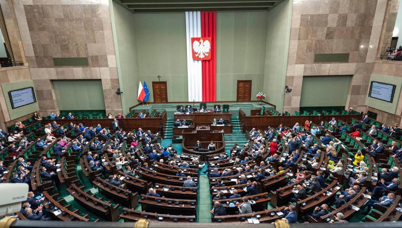 Najbardziej zmieniło się poparcie dla Hołowni (fot. Forum/FotoNews/GRZEGORZ KRZYZEWSKI)
