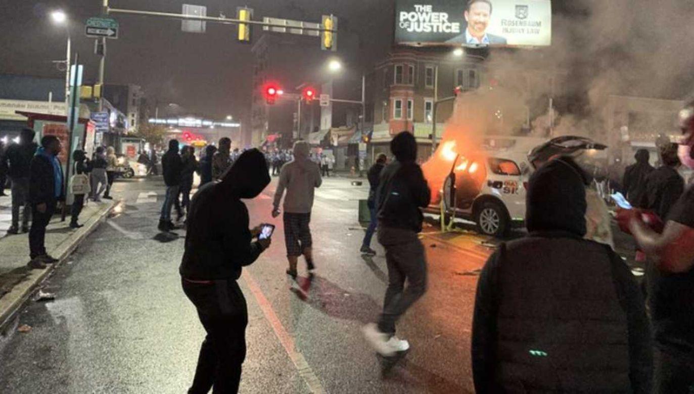 Protestujący spalili radiowóz (fot. TT/Jack Posobiec)