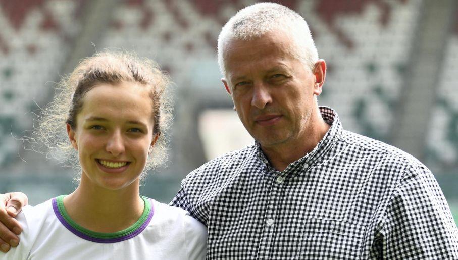 Iga Świątek wraz z ojcem, Piotrem, kilka dni po wygraniu juniorskiego Wimbledonu (fot. PAP/Bartłomiej Zborowski)