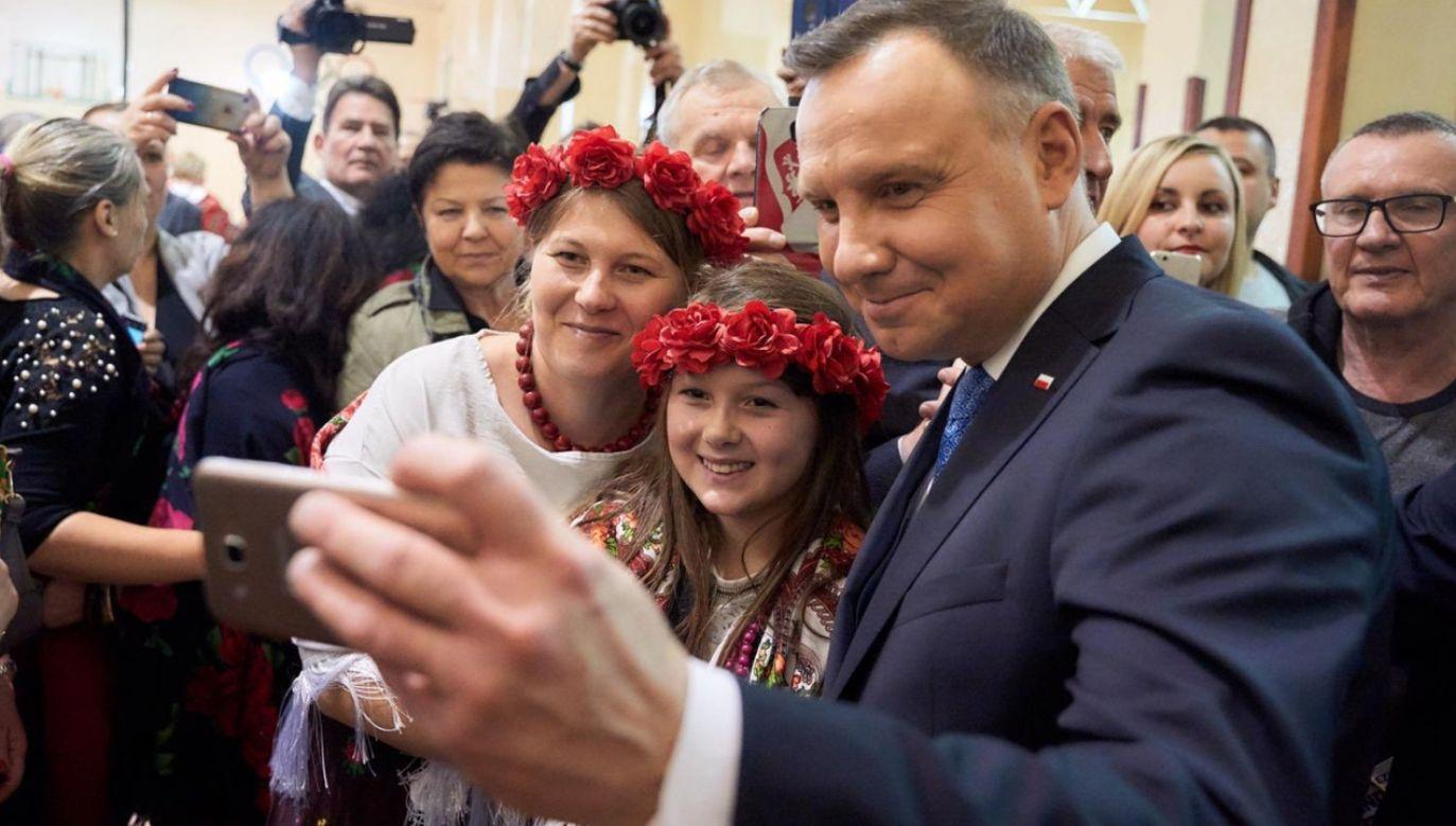 Ten sam Kuźniar w 2014 r., w pogardliwych słowach wypowiadał się na temat Polaków latających samolotami, na których celebryta natyka się w czasie podróży (fot. tt/@mecenasJTK)