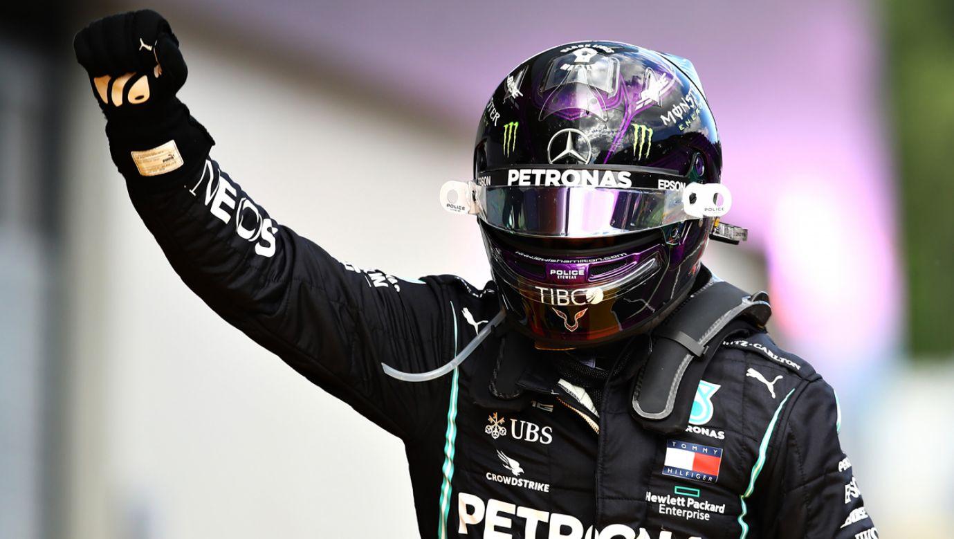 Brytyjczyk Lewis Hamilton świętuje 85. zwycięstwo w swojej karierze w Formule 1 (fot. Mark Thompson/Getty Images)