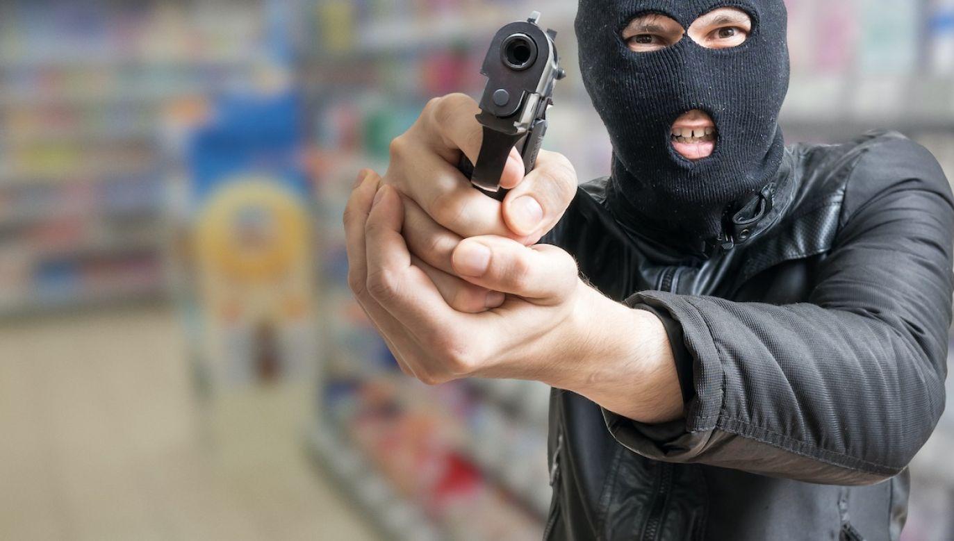 Na udostępnionym w sieci nagraniu widać, jak zamaskowany mężczyzna z przedmiotem przypominającym broń wchodzi  do sklepu (fot. Shutterstock/vchal)