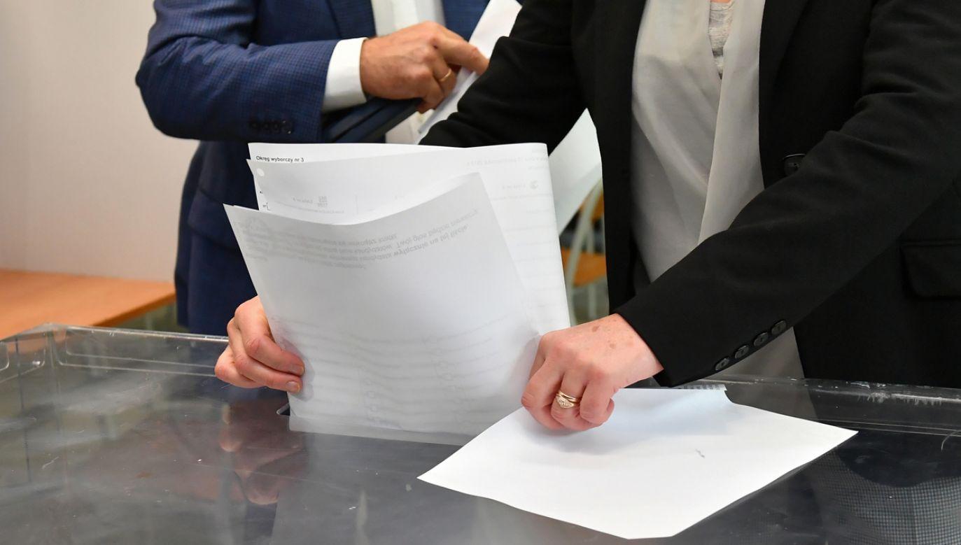 Wydano 92 karty z niewłaściwymi nazwiskami kandydatów (fot. PAP/Maciej Kulczyński)