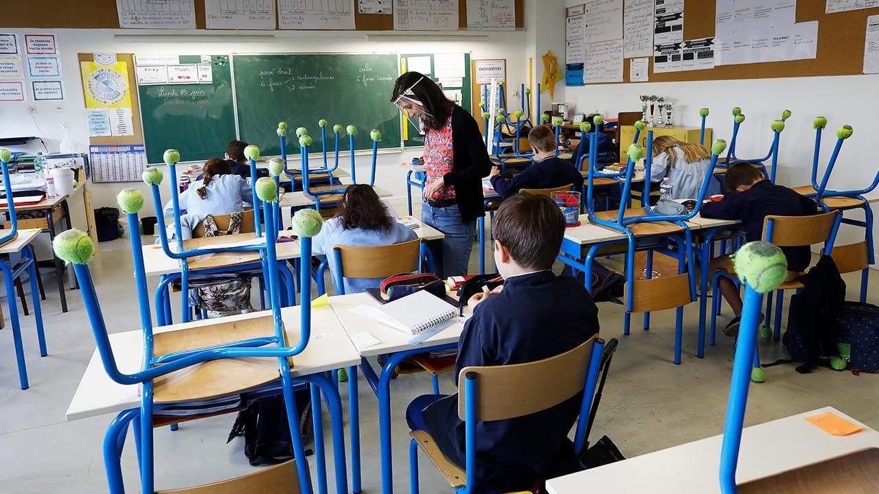 W szkołach podstawowych klasy mają być zamykane po wykryciu już jednego przypadku koronawirusa (fot. Philippe Lissac/Godong/Universal Images Group via Getty Images)