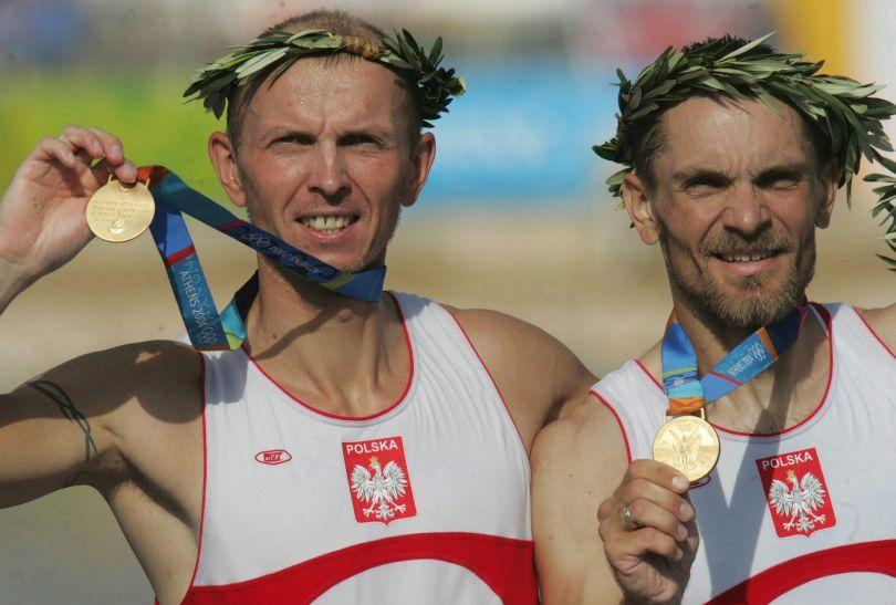 Robert Sycz i Tomasz Kucharski z wieńcami laurowymi za wioślarskie złoto w Atenach w roku 2004 (fot. Getty Images)