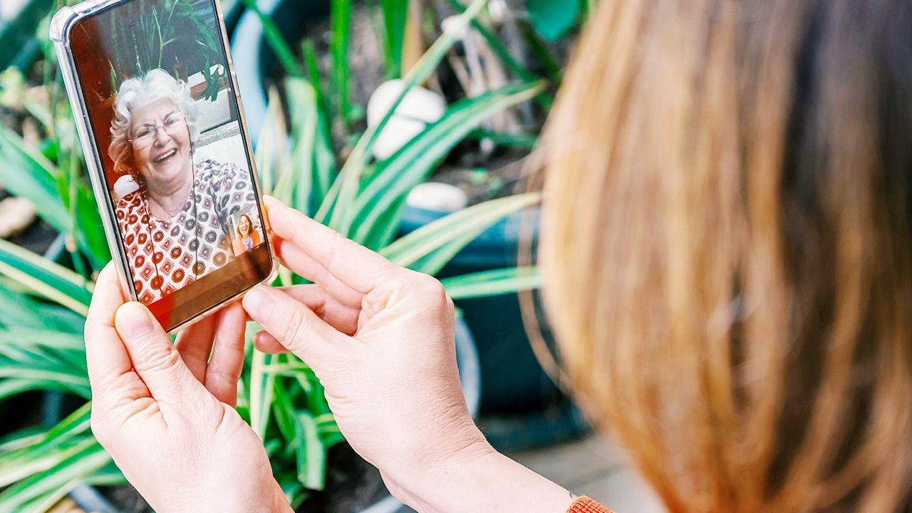 Składanie życzeń przez telefon lub internet (fot. Shutterstock/stockwars)
