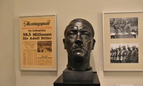 W Niemczech nawet dzieła wybitnych malarzy i rzeźbiarzy poświęcone Hitlerowi po wojnie schowano w magazynach berlińskiego Muzeum Historii Niemiec (Deutsches Historisches Museum). Dopiero w październiku 2010 r. po raz pierwszy pokazano część publicznie, w tym słynne brązowe popiersie Hitlera z 1937 roku, autorstwa Bernharda Bleekera. Fot. Richard Mortel z Riyadh, Saudi Arabia, CC BY 2.0, https://commons.wikimedia.org/w/index.php?curid=69729955