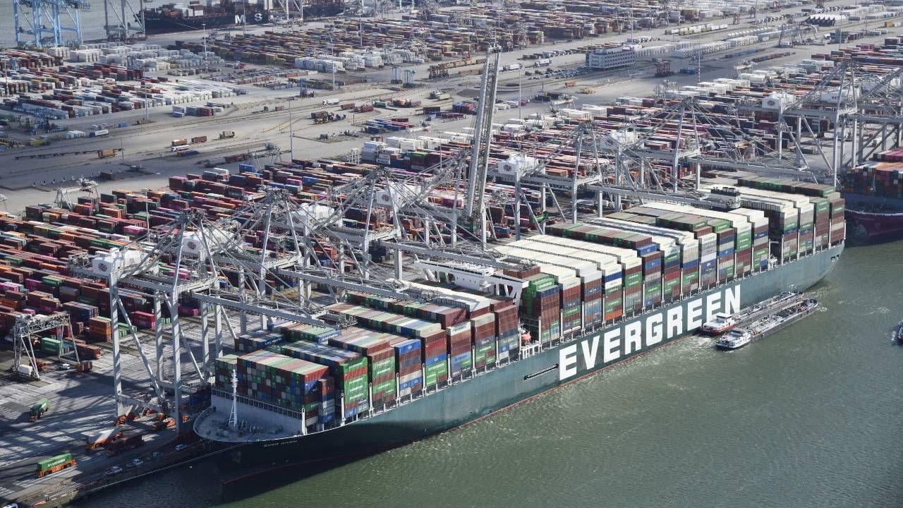 Właściciel Ever Given może się spodziewać wielu pozwów od klientów (fot. PAP/EPA/BRAM VAN DE BIEZEN)