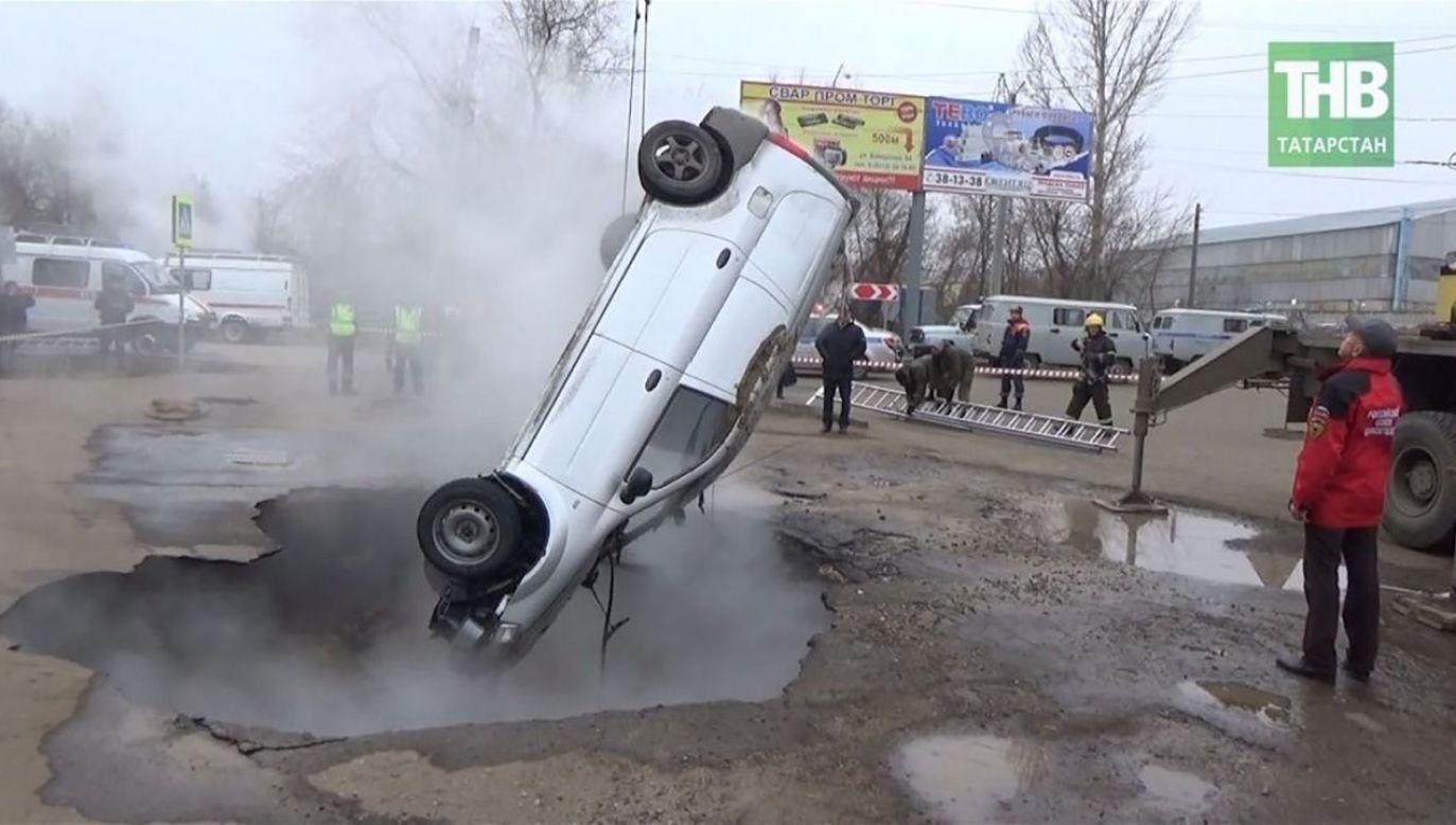 Według wstępnych ustaleń policji, przyczyną zapadnięcia się ziemi było uszkodzenie sieci ciepłowniczej (fot. yt/ТНВ)
