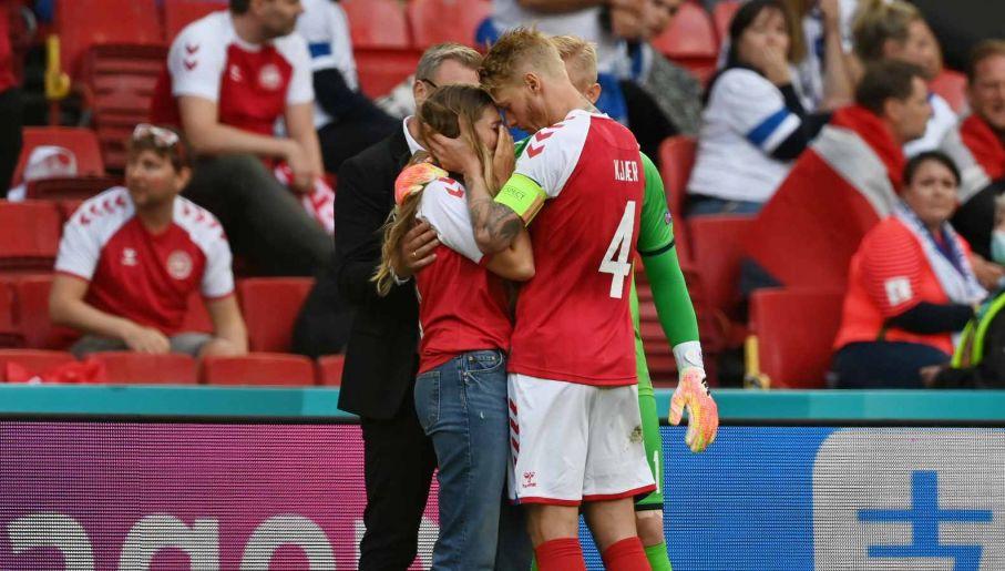 Simon Kjaer pociesza partnerkę Christiana Eriksena (fot. Getty Images)