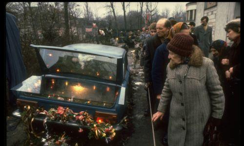 Na pogrzeb kapłana Solidarności ludzie jechali z całej Polski. Fot. Chris Niedenthal/The LIFE Images Collection via Getty Images
