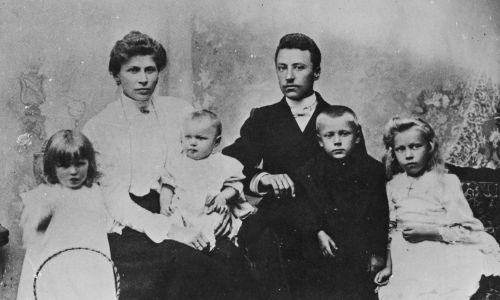 Zuzela, rok 1906. Stanisław i Julianna Wyszyńscy z dziećmi (od lewej): Stanisławą, Janiną, Stefanem (przyszłym Prymasem) i Anastazją. Fot. NAC/ Archiwum Fotograficzne Stanisława Porębskiego