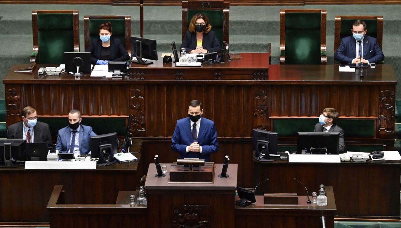 Premier przedstawia raport w Sejmie (fot. PAP/Radek Pietruszka)