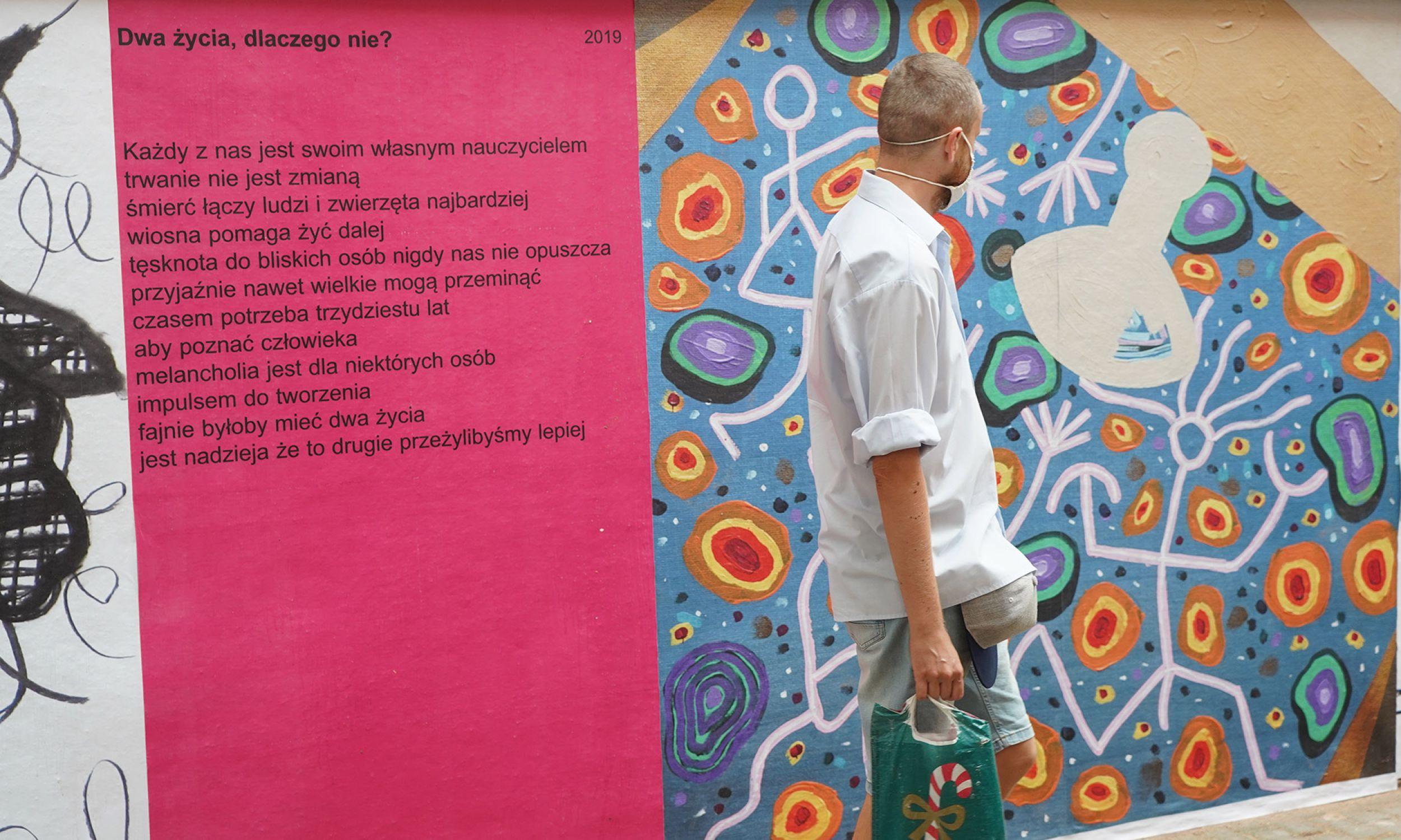 """Obrazy i rysunki (tzn. wielkoformatowe reprodukcje) Ryszarda Grzyba przeplatane są wierszami. Fot. Mazowieckie Centrum Sztuki Współczesnej """"Elektrownia"""""""