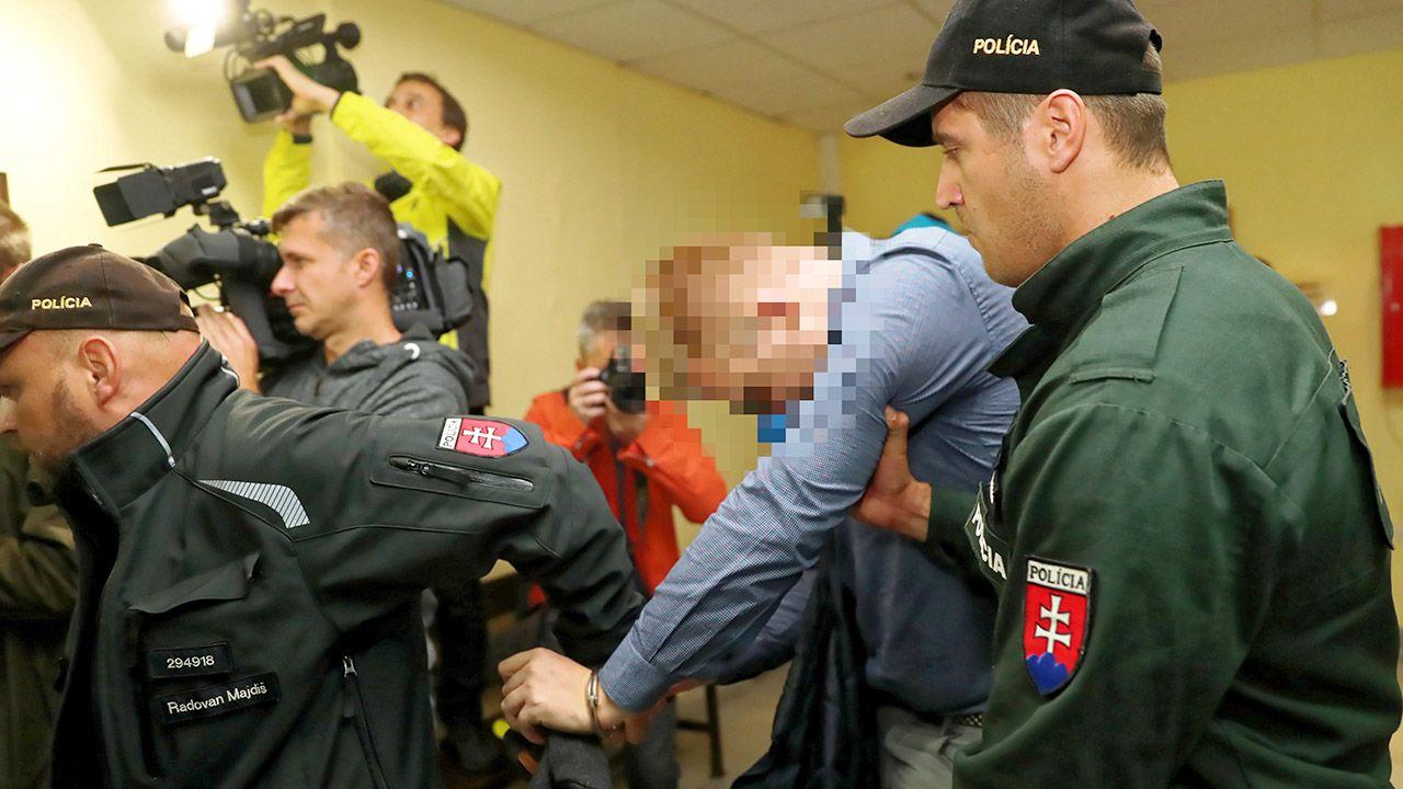 Jeden z trzech oskarżonych (C) doprowadzany do Sądu Okręgowego w miejscowości Dolny Kubin na Słowacji (fot. PAP/Grzegorz Momot)