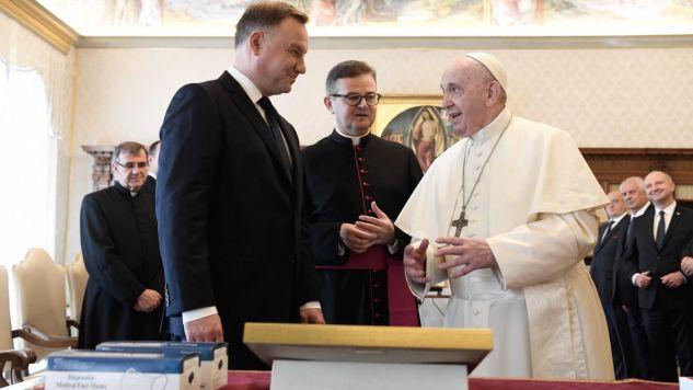 Prezydent wręczył papieżowi Franciszkowi upominek  (fot. PAP/EPA/VATICAN MEDIA)