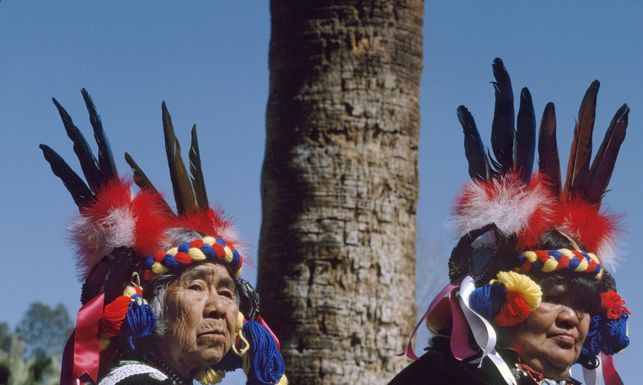 Większość Apaczów zamieszkuje dziś rezerwaty i ich okolice w stanach Arizona, Nowy Meksyk i Oklahoma. Na zdjęciu: uczestnicy dorocznej imprezy odbywającej się w Nowym Meksyku, której celem jest podtrzymywanie tradycji Indian. Fot. Visions of America/Universal Images Group via Getty Images