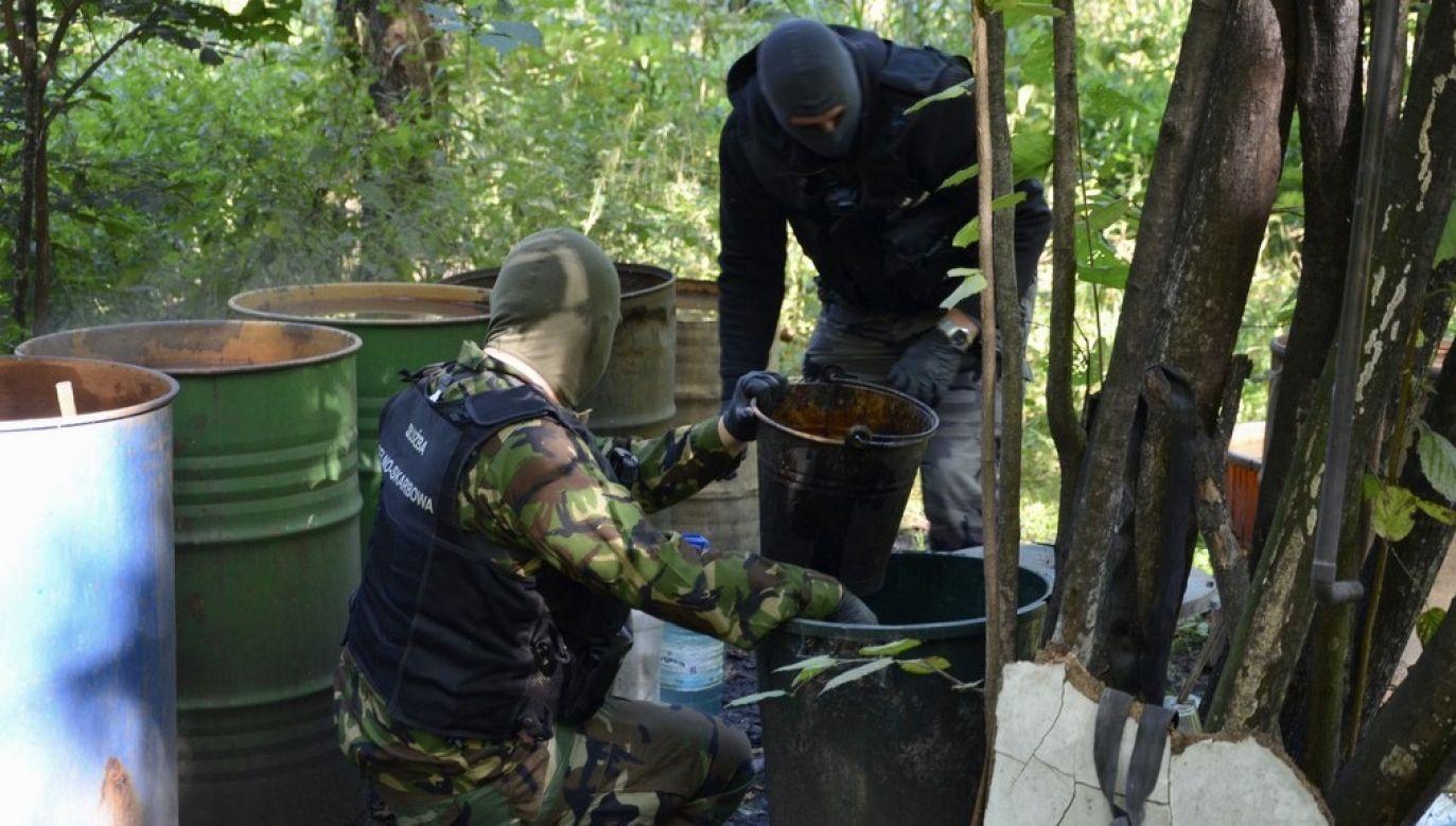 Na miejscu funkcjonariusze znaleźli m.in. kadź zawierającą 300 litrów fermentującego zacieru (fot. Podlaska KAS)