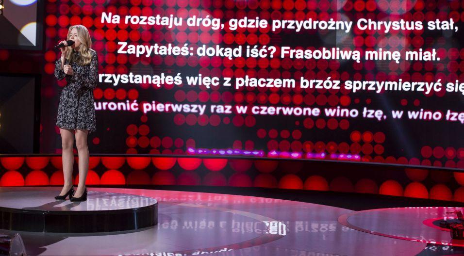 """Natalia Ryś do programu przyjechała z rodzicami, którzy dopingowali ją przy śpiewaniu piosenki """"Szczęśliwej drogi już czas"""" (fot. TVP)"""