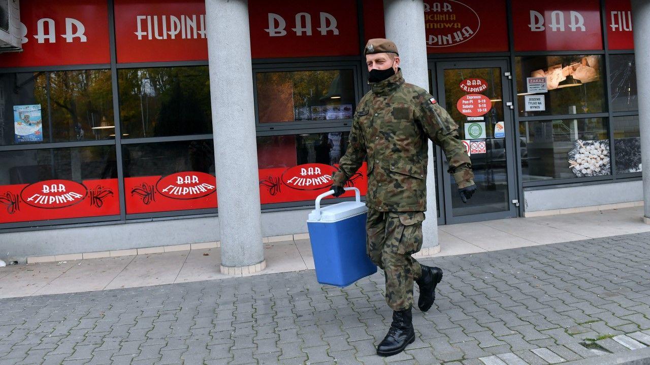 Żołnierz 14 ZBOT podczas dostarczania obiadów kombatantom na początku listopada 2020 r. (fot. arch. PAP/Marcin Bielecki)