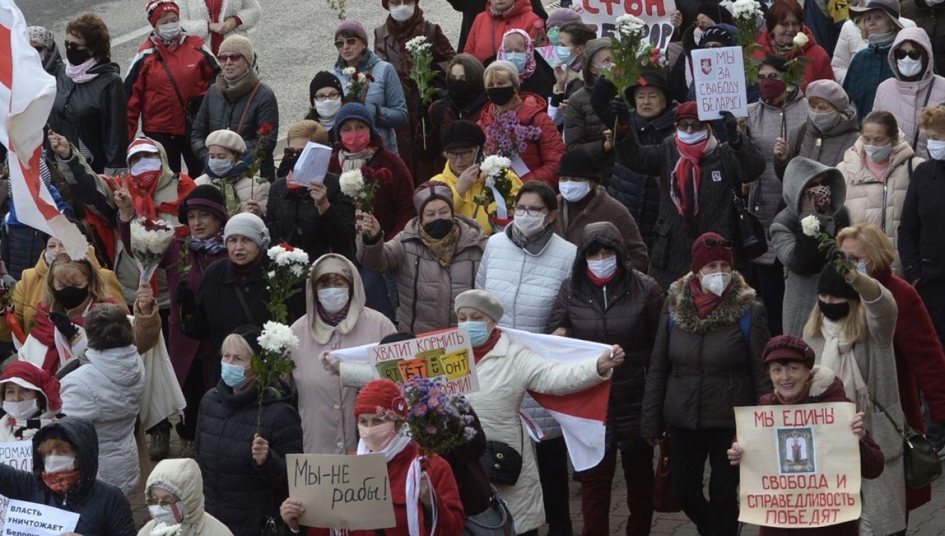 Od sierpnia co niedzielę na Białorusi odbywają się wielotysięczne marsze opozycji (fot. PAP/EPA/STRINGER)
