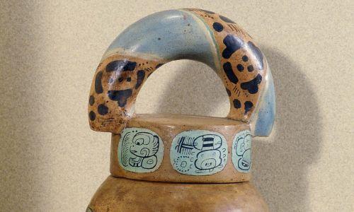 Garnek na kakao z pochówku w Rio Azul, w regionie Peten w Gwatemali, datowany na lata 300-600 naszej ery i znajdujący się w Muzeum Narodowym Gwatemali. Symbole, glify (o szczególnej finezji) kojarzą go z pogrzebowym przeznaczeniem kakao, rośliny pochodzącej z tego regionu oraz\ mającej wielkie rytualne i handlowe znaczenie w cywilizacji Majów, której ziarna służyły nawet jako waluta. Fot. Jean-Pierre COURAU / Gamma-Rapho via Getty Images