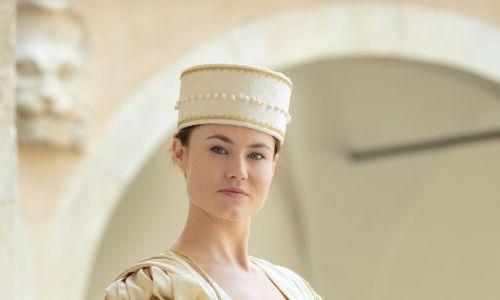 Ślubna Pieskowa Skała. Molenda zaprojektowałam też ślubną suknię królowej Bony, którą znamy jedynie z opisów. Wiemy, że uszyta była z niebieskiego atłasu i wspaniale zdobiona, m.in. blaszkami ze złota w kształcie uli – miały pokazać jej pracowitość, sprawiedliwość w zarządzaniu państwem i płodność. Niektóre z jej sukni były też zdobione aplikacjami w kształcie płomieni, włoskimi symbolami miłości małżeństwa.  Fot. Archiwum Fundacji Nomina Rosae