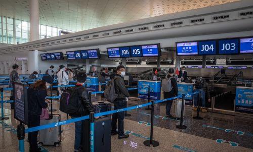Ludzie stoją w kolejce na Wuhan Tianhe International Airport, by wylecieć z miasta. 8 kwietnia zniesiono blokadę sanitarną Wuhan, z którego epidemia koronawirusa rozeszła się na cały świat. Fot. PAP/EPA.