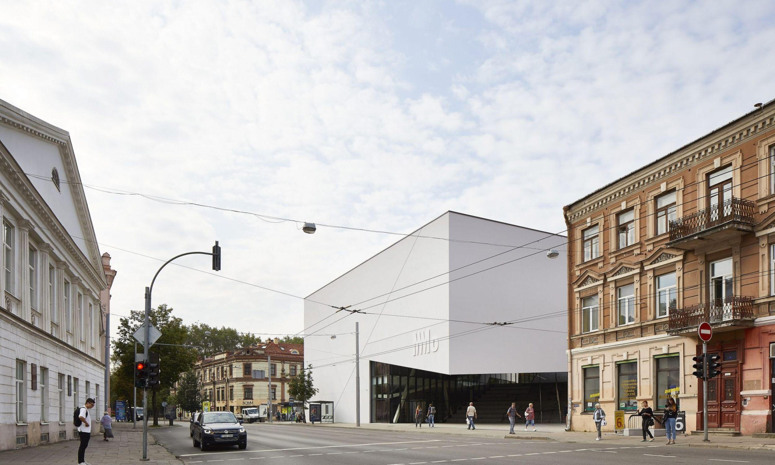 Budynek został znakomicie wkomponowany w niską okoliczną zabudowę. Fot.Studio-Libeskind/©HuftonCrow