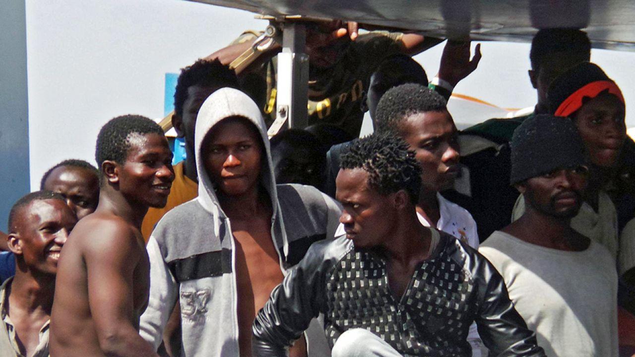 Uchodżcy we włoskim porcie Brindisi (fot. PAP/EPA/MAX FRIGIONE)