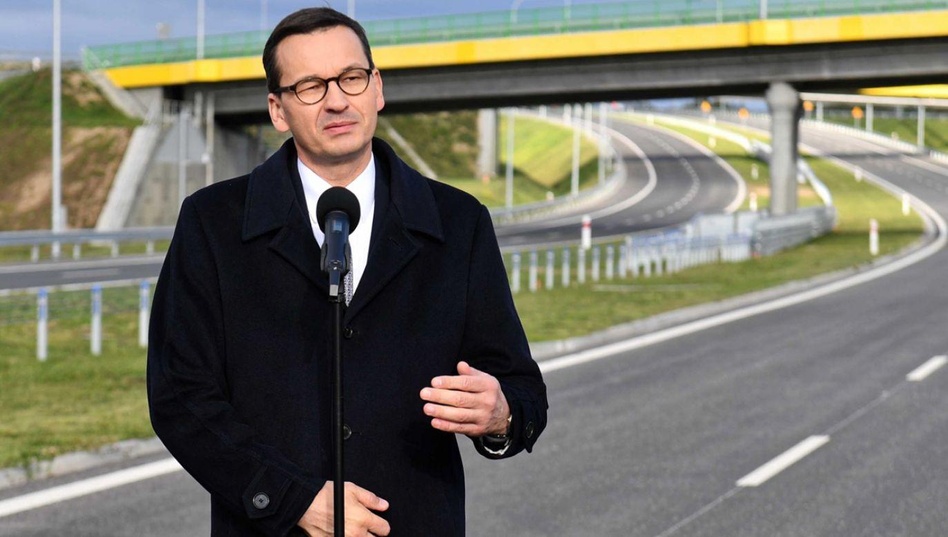 Premier Mateusz Morawiecki podczas briefingu nt. budowy dróg ekspresowych S6 i S11 w Zachodniopomorskiem (fot.PAP/Marcin Bielecki)