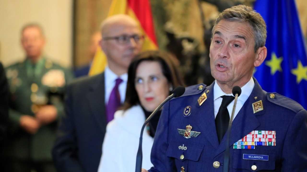 Gen. Miguel Angel Villarroya też przyjął szczepionkę poza kolejnością (fot. PAP/EPA/Fernando Alvarado)