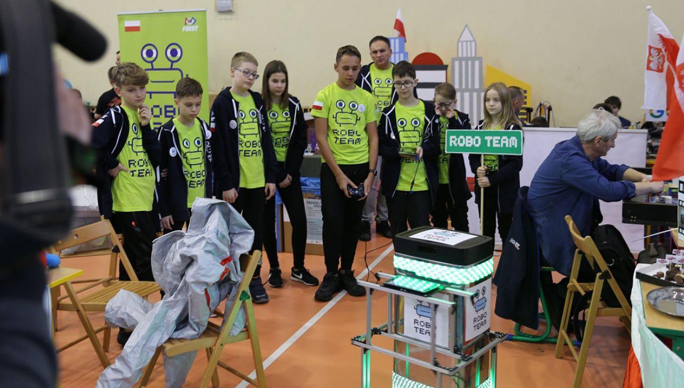 Uczniowie pracują nad projektem pod okiem trzech nauczycieli (fot. Facebook/Robo Team