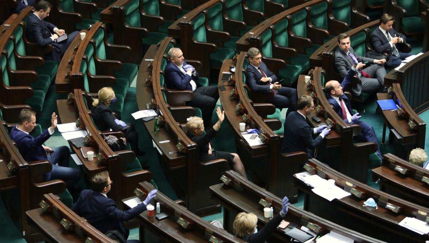 Ustawa ma pomóc wspierać przedsiębiorców w związku z epidemią koronawirusa  (fot. PAP/Leszek Szymański)
