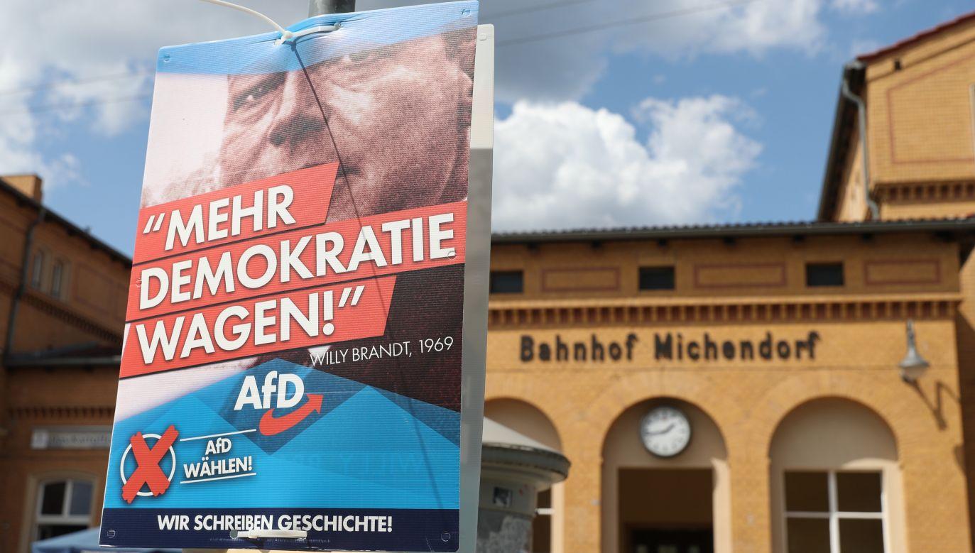 """Plakat wyborczy AfD z napisem """"Wybierz więcej demokracji"""" i zdjęciem byłego kanclerza Niemiec Willy'ego Brandta z Partii Socjaldemokratycznej  (fot. PAP/EPA/HAYOUNG JEON)"""