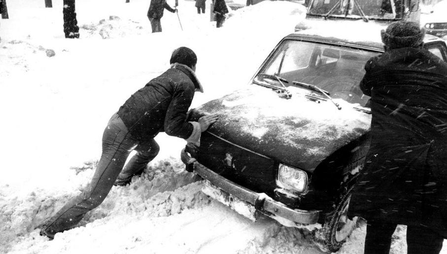 Tysiące kierowców miało problem z uruchomieniem swoich pojazdów (fot.  PAP/Ireneusz Radkiewicz)